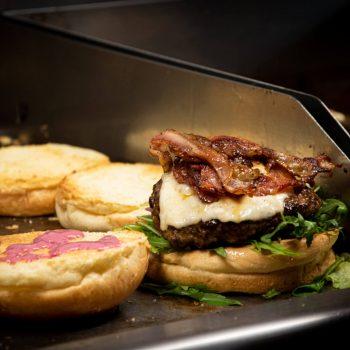 Burger na grillu